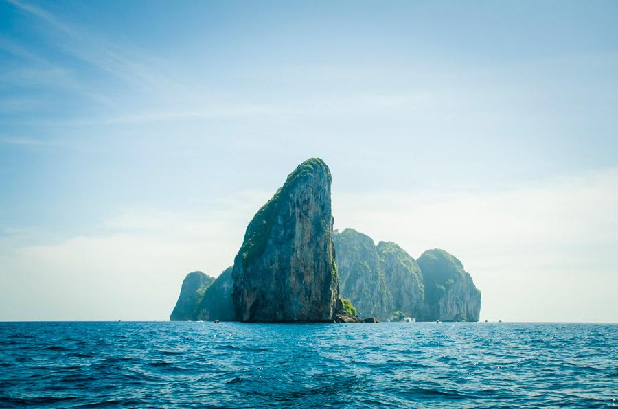 フリー写真 ピピ・レイ島の切り立った岩山の風景