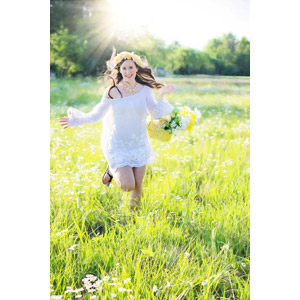 フリー写真, 人物, 女性, 外国人女性, アメリカ人, 人と風景, 走る, 籠(バスケット), 人と花, ヒナギク(デージー), 草むら, 花冠, 女性(00260)
