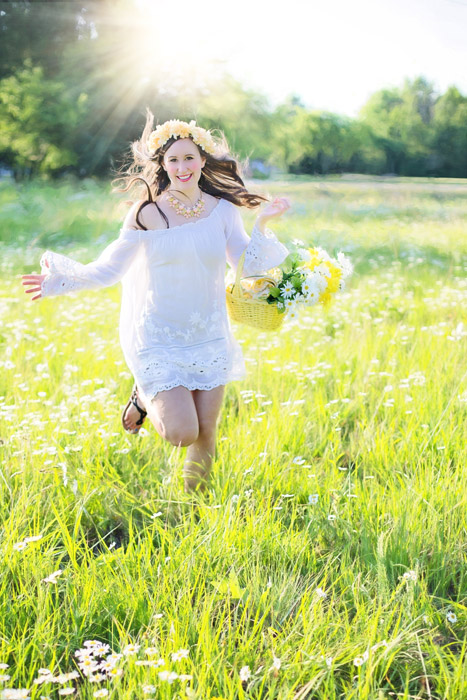 フリー写真 草花の中を走る外国人女性