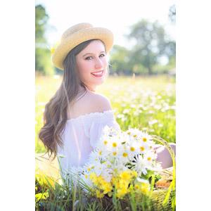 フリー写真, 人物, 女性, 外国人女性, 女性(00260), アメリカ人, 帽子, 麦わら帽子, 人と花, 人と風景, 草むら, ヒナギク(デージー), 振り返る