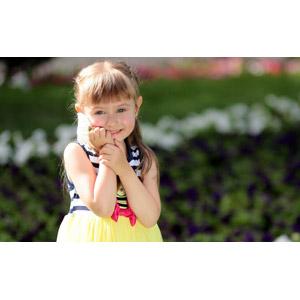 フリー写真, 人物, 子供, 女の子, 外国の女の子, ルーマニア人, 頬に手を当てる, 人と花