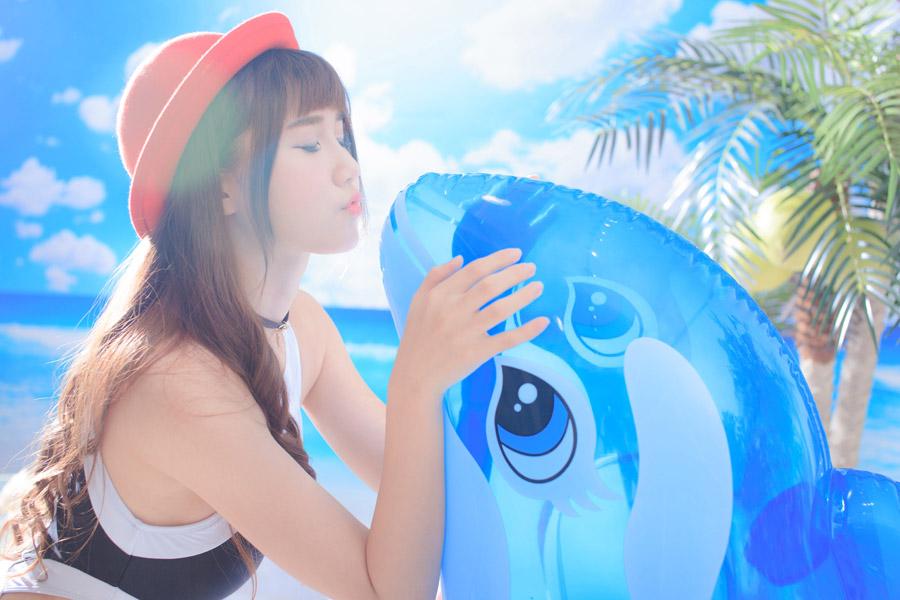 フリー写真 イルカの浮き輪とキスをする女性