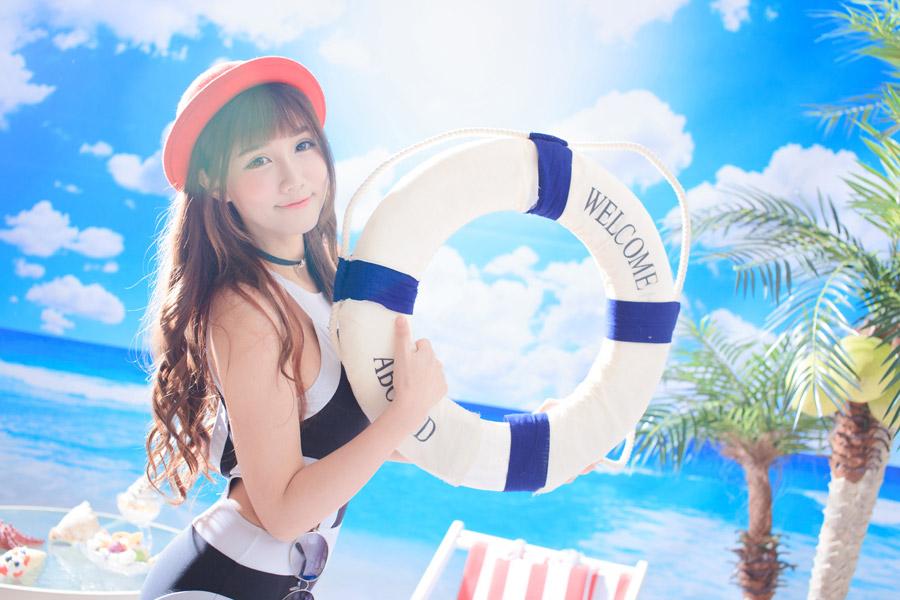 フリー写真 夏の海と浮き輪を持つ女性