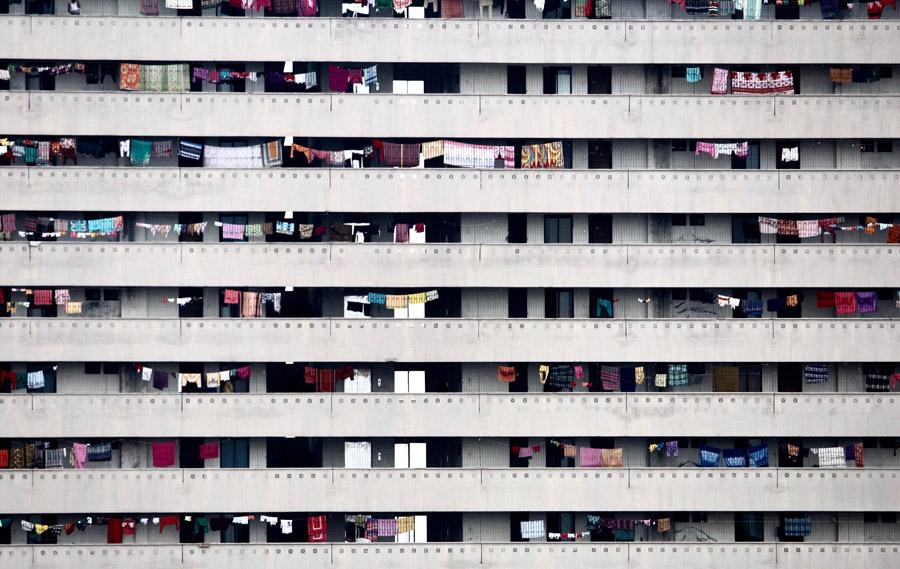 フリー写真 洗濯物が干されたマンションの風景