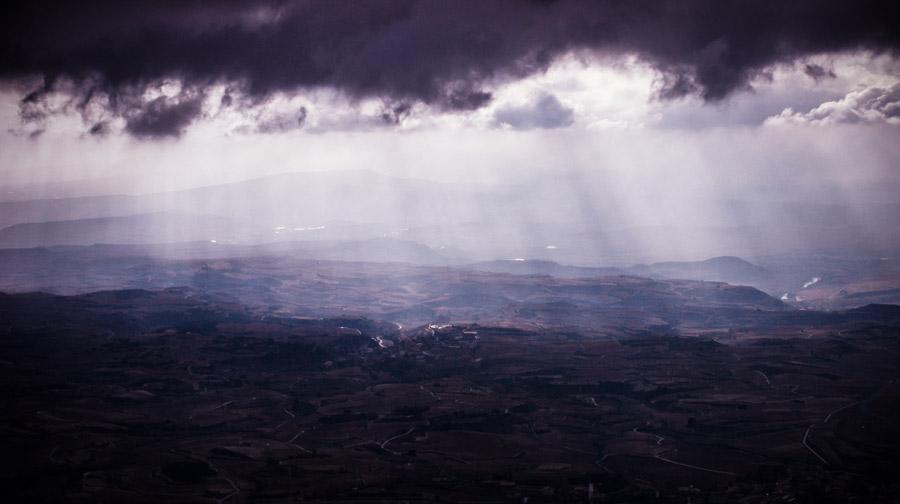 フリー写真 暗雲と薄明光線の風景