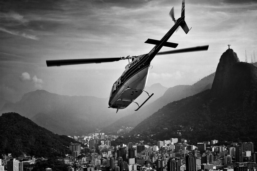 フリー写真 リオデジャネイロの上空を飛ぶヘリコプター