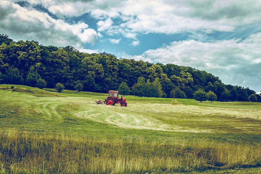 フリー写真 畑を走るトラクター