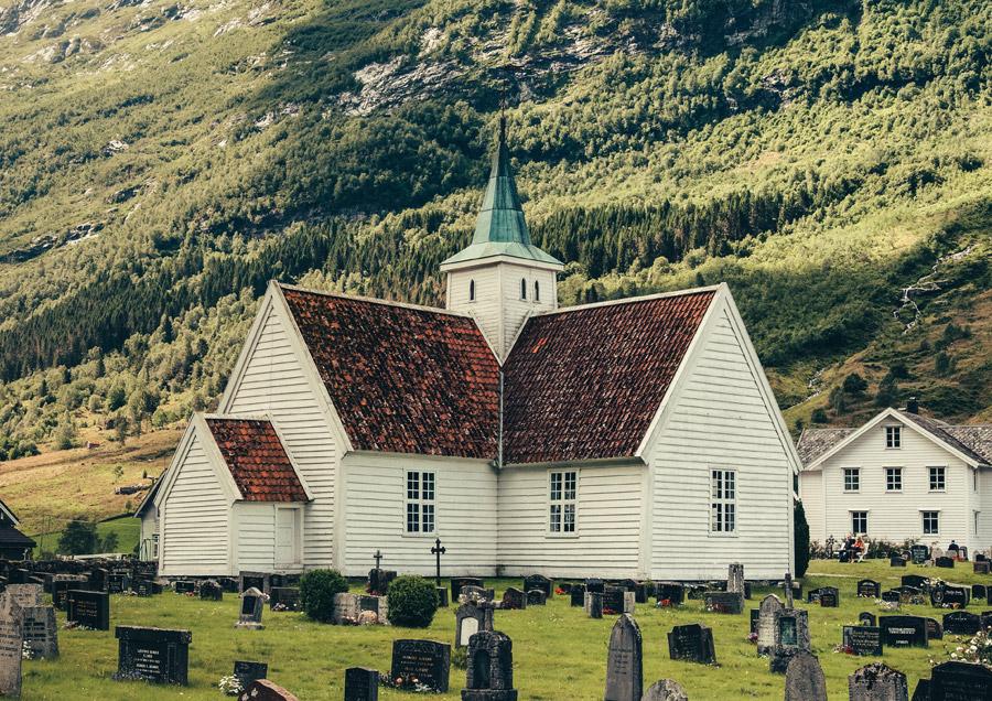 フリー写真 ノルウェーの教会と墓地の風景
