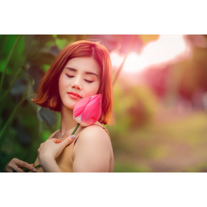 フリー写真, 人物, 女性, アジア人女性, ベトナム人, 人と花, 蕾(つぼみ), 蓮(ハス), 目を閉じる