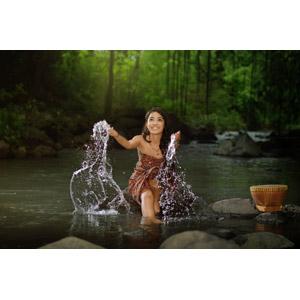 フリー写真, 人物, 女性, アジア人女性, インドネシア人, 座る(石), 河川, 人と風景, 森林, 水しぶき