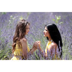 フリー写真, 人物, 女性, 外国人女性, 女性(00241), 女性(00195), ルーマニア人, 手を取る, 抱き合う, 人と風景, 人と花, 植物, 花, ラベンダー, 花畑, 紫色の花