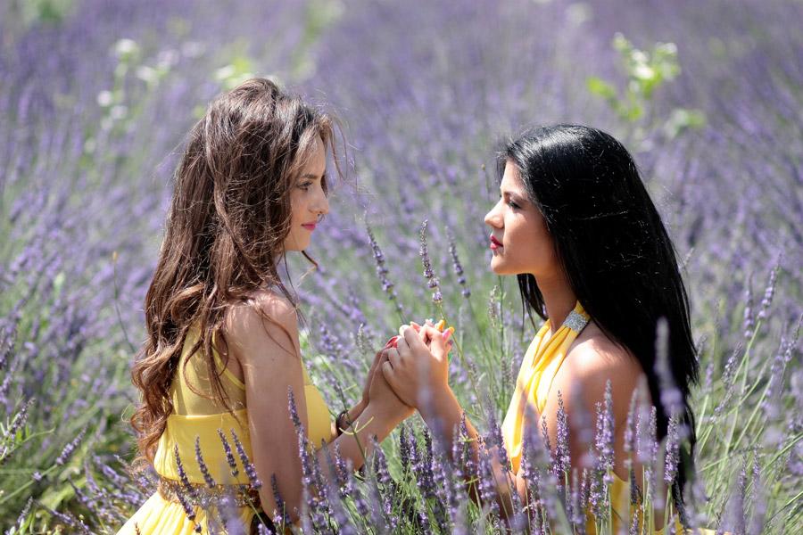 フリー写真 ラベンダー畑で手を取り合う外国人女性