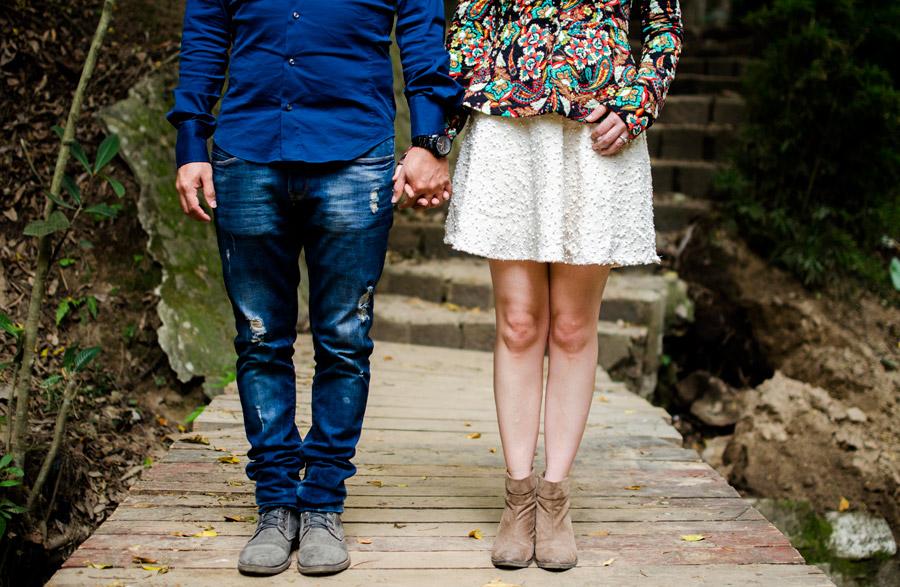フリー写真 手をつなぐカップルの下半身