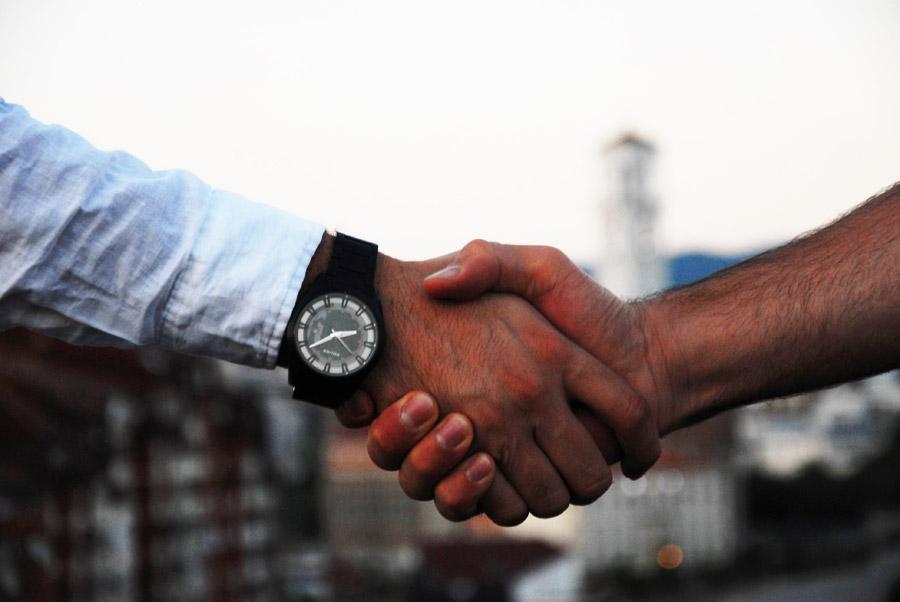 フリー写真 握手を交わす男性の手