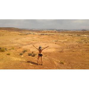 フリー写真, 人物, 女性, 後ろ姿, 手を広げる, 歓喜, 人と風景, 砂漠, 荒野
