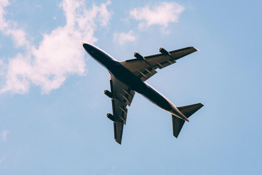 フリー写真 大空を飛ぶ旅客機