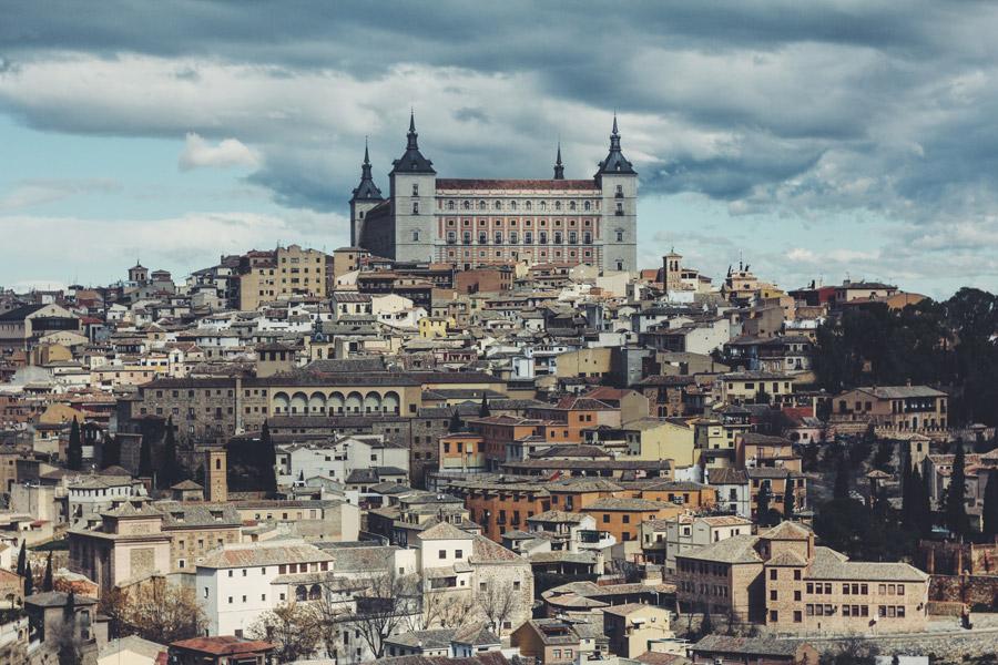 フリー写真 高台に建つアルカサルとトレドの街並み