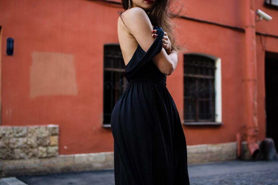 フリー写真 ドレスの肩紐を下ろす女性