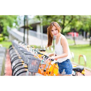 フリー写真, 人物, 女性, アジア人女性, 小潔(00183), 中国人, 人と乗り物, 自転車, タンクトップ, ショートパンツ