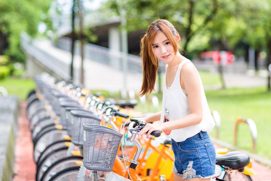 フリー写真 自転車にまたがる女性のポートレイト