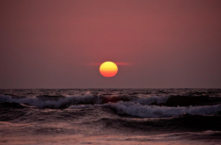 フリー写真 夕日と波の立つ海の風景
