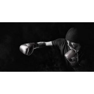 フリー写真, 人物, 男性, 外国人男性, スポーツ, 格闘技, ボクシング, ボクサー, 殴る(パンチ), ボクシンググローブ, ニット帽, モノクロ, 黒背景