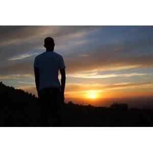 フリー写真, 人物, 男性, 後ろ姿, シルエット(人物), 人と風景, 夕暮れ(夕方), 夕焼け, 夕日, 日の入り