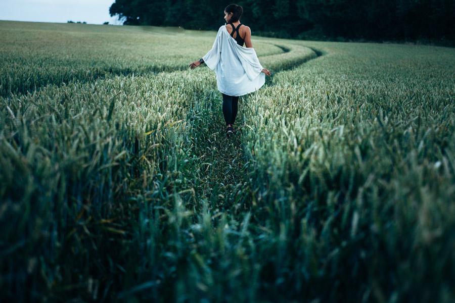 フリー写真 麦畑の中を歩く外国人女性