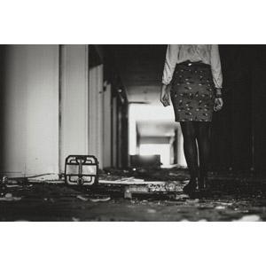 フリー写真, 人物, 女性, 後ろ姿, 人と風景, 廃墟, モノクロ