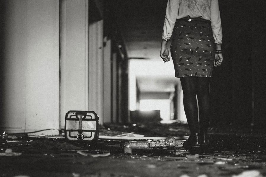 フリー写真 廃墟の建物の中にいる女性の後ろ姿