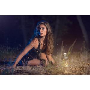 フリー写真, 人物, 女性, 外国人女性, 座る(地面), 夜, ランタン, フォトレタッチ