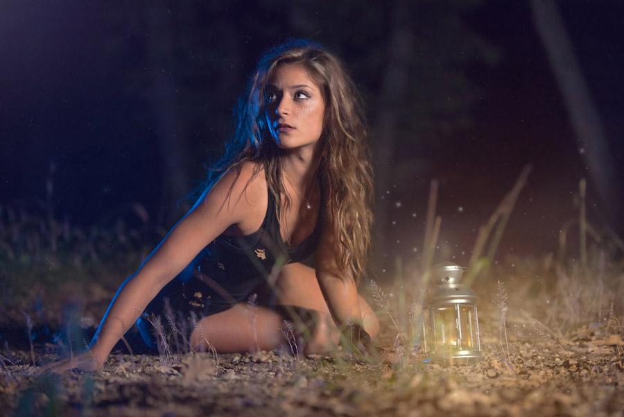 フリー写真 ランタンと夜の森の中にいる外国人女性