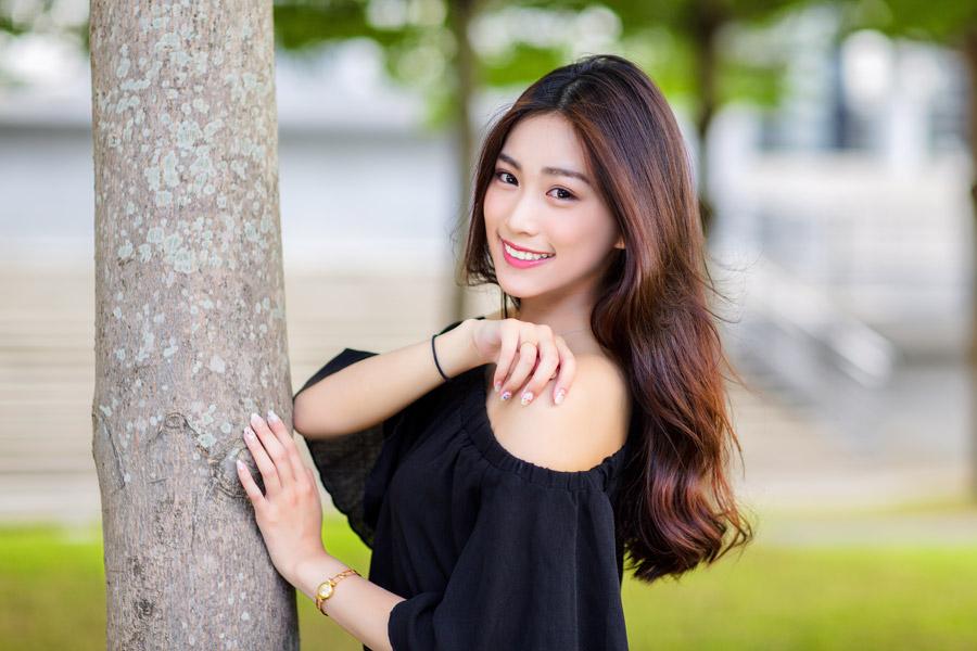 フリー写真 木に手をあてる女性のポートレイト