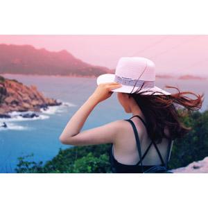フリー写真, 人物, 女性, アジア人女性, 帽子, 眺める, 髪がなびく, 海, 海岸