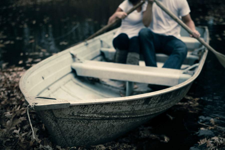 フリー写真 ボートに乗るカップル