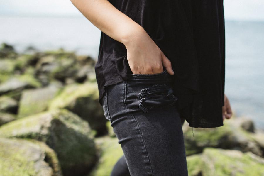 フリー写真 ジーンズのポケットに入れる女性の手