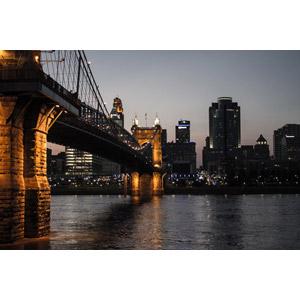 フリー写真, 風景, 建造物, 建築物, 高層ビル, 都市, 街並み(町並み), 橋, ジョン・A・ローブリング橋, 河川, 日暮れ, アメリカの風景, オハイオ州