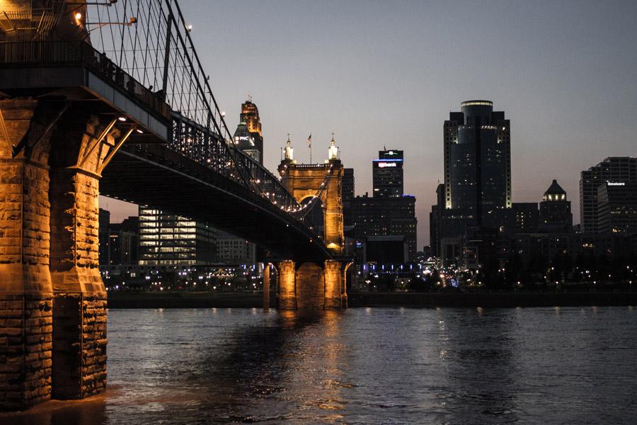 フリー写真 日暮れのジョン・A・ローブリング橋と街並みの風景