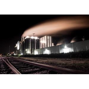 フリー写真, 風景, 建造物, 建築物, 工場, 煙(スモーク), 線路(鉄道), オランダの風景, 夜