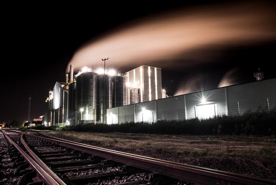 フリー写真 夜の工場と線路の風景
