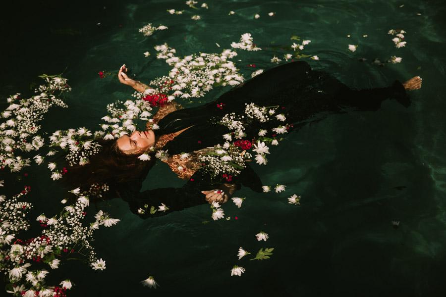 フリー写真 水面に浮かぶ花とドレス姿の外国人女性