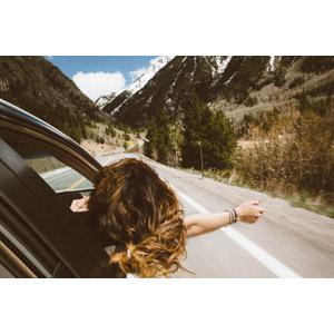 フリー写真, 人物, 女性, 外国人女性, 後ろ姿, 人と乗り物, 自動車, ドライブ, 手を伸ばす
