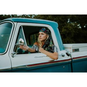 フリー写真, 人物, 女性, 外国人女性, アメリカ人, 金髪(ブロンド), バンダナ, 人と乗り物, 乗り物, 自動車