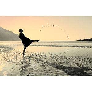 フリー写真, 人物, 少女, 外国の少女, 人と風景, ビーチ(砂浜), 蹴る(キック)