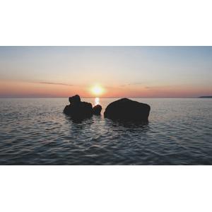 フリー写真, 風景, 自然, 岩, 海, 夕暮れ(夕方), 夕焼け, 夕日, 日の入り