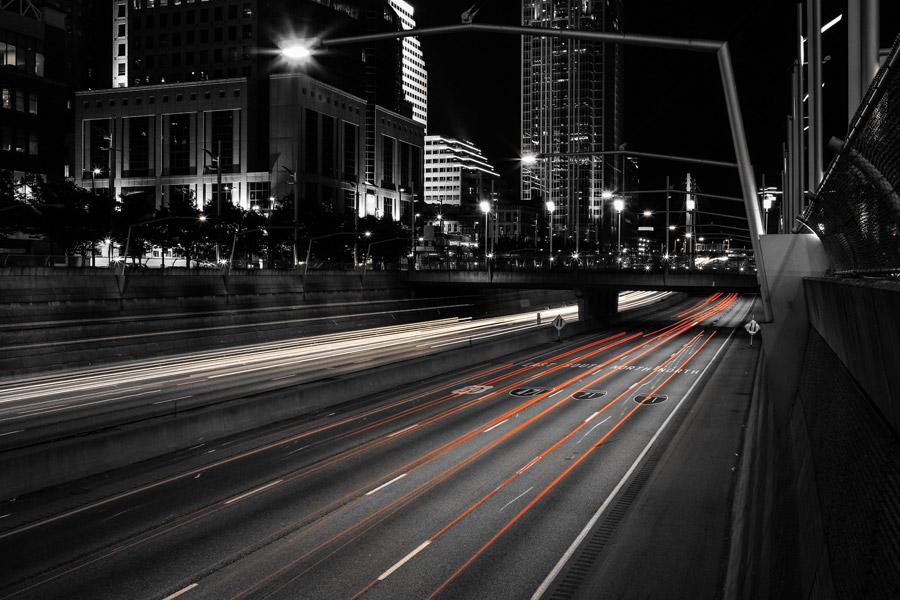 フリー写真 夜の高速道路を走る車のライトの光線