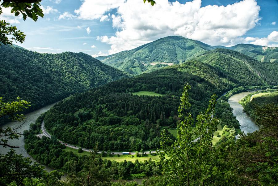 フリー写真 湾曲した川と道路と山の風景