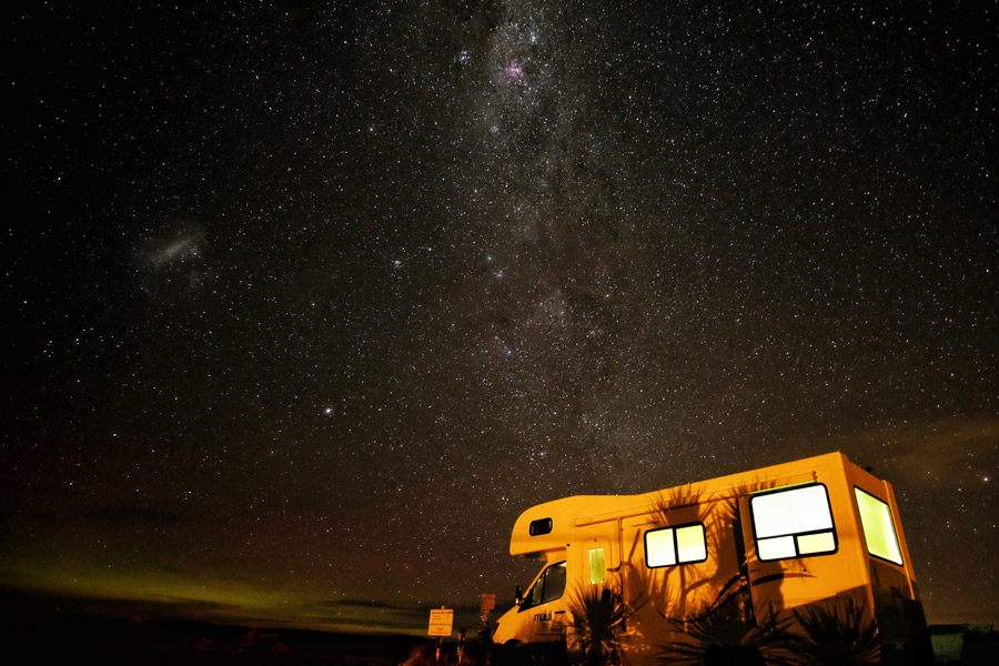 フリー写真 キャンピングカーと天の川の風景