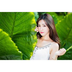 フリー写真, 人物, 女性, アジア人女性, 楚珊(00053), 中国人, 植物, 葉っぱ, 頬に手を当てる