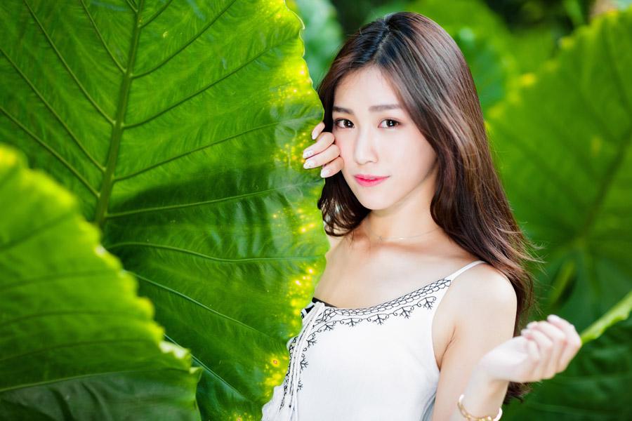 フリー写真 大きな葉っぱと女性のポートレイト